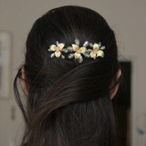 Peigne fleurs doré et perles pastel Monic. Accessoire de cheveux doré et couleurs pour mariée. Acheter en ligne et boutique à Paris