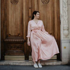 Robe mi-longue satinée couleur pastel. Robe chic pour mariage et évènement à moins de 200€. Acheter en ligne ou en boutique à Paris