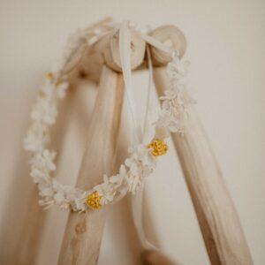 Couronne de fleurs séchées et stabilisées écru et jaune. Accessoire fleuri pour coiffure mariée bohème et champêtre. Acheter en ligne ou boutique Paris