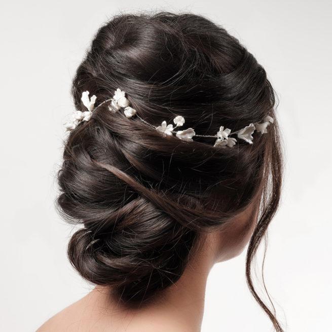 Tiare pour cheveux en fleurs de porcelaine Poirier. Accessoire de cheveux mariée fleuri pour mariage. Acheter boutique Paris et en ligne