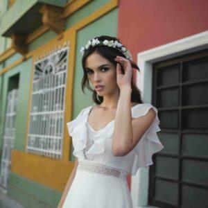 Robe de mariée longue Béatrice Bo'M collection 2020. Robe bohème chic tout en dentelle dans notre boutique mariage à Paris 11ème. Prendre un RDV privé