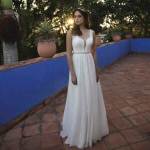 Robe de mariée longue Bénédicte Bo'M collection 2020. Robe bohème chic tout en dentelle dans notre boutique mariage à Paris 11ème. Prendre un RDV privé