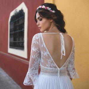 Robe de mariée longue Bianca Bo'M collection 2020. Robe bohème chic tout en dentelle dans notre boutique mariage à Paris 11ème. Prendre un RDV privé