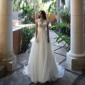 Robe de mariée longue Belle Bo'M collection 2020. Robe bohème chic tout en dentelle dans notre boutique mariage à Paris 11ème. Prendre un RDV privé