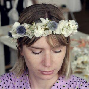 Couronne de fleurs séchées et stabilisées chardons et hortensia ivoire. Accessoires cheveux pour mariée ou témoin. Acheter en boutique à Paris et en ligne