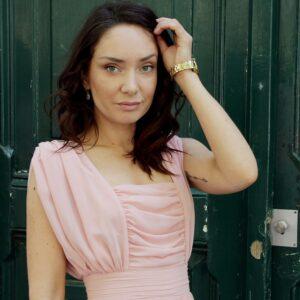 Robe longue plissée rose. Robe chic pour mariage et évènement à moins de 200€. Acheter en ligne ou en boutique à Paris