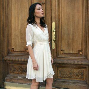 Robe courte ivoire coupe cache-coeur. Robe chic pour mariage et évènement à moins de 100€. Acheter en ligne ou en boutique à Paris