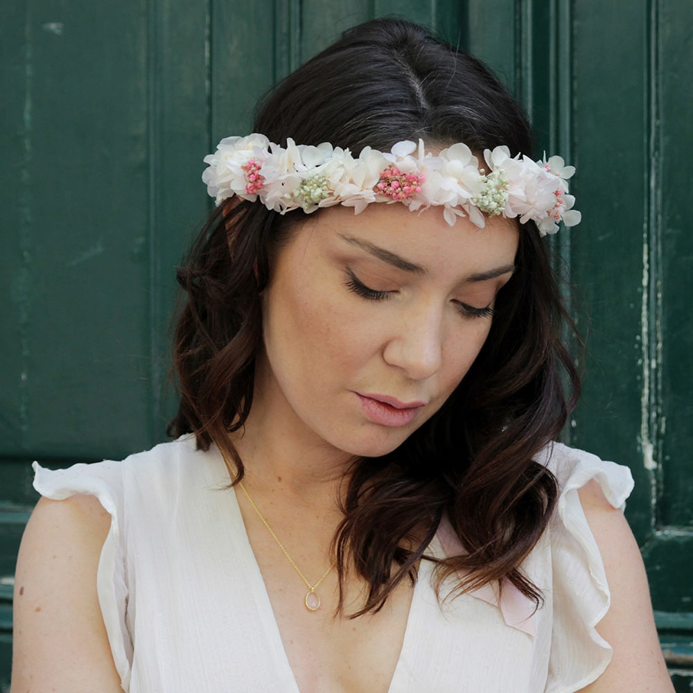 Couronne de fleurs stabilisées et séchées rose et pastel. Accessoires cheveux pour mariée ou témoin. Acheter en boutique à Paris et en ligne