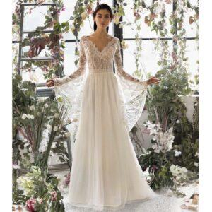 Robe de mariée longue Clara Metropolitan collection 2020. Robe bohème chic tout en dentelle dans notre boutique mariage à Paris 11ème. Prendre un RDV privé