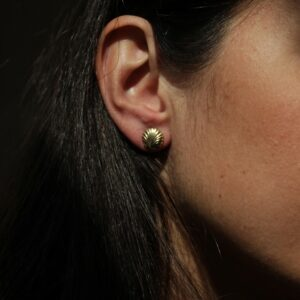 Boucles d'oreille puces coquillage en plaqué or. Acheter boutique Paris et en ligne. Expédition rapide en France et à l'étranger