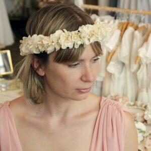 Couronne de fleurs séchées et stabilisées écru et ivoire. Accessoires cheveux pour mariée ou témoin. Acheter en boutique à Paris et en ligne