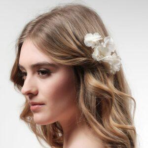 Peigne de fleurs stabilisées blanches orné de strass Poirier. Accessoire de cheveux mariée fleuri pour mariage. Acheter boutique Paris et en ligne