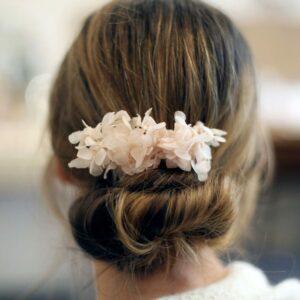 Peigne de fleurs stabilisées hortensia rose nude Poirier. Accessoire de cheveux mariée fleuri pour mariage. Acheter boutique Paris et en ligne