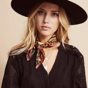 Amenapih Mini foulard Gypsyhorse Red . Accessoire femme foulard cadeau motif cheval. Acheter en ligne ou boutique Paris 11ème