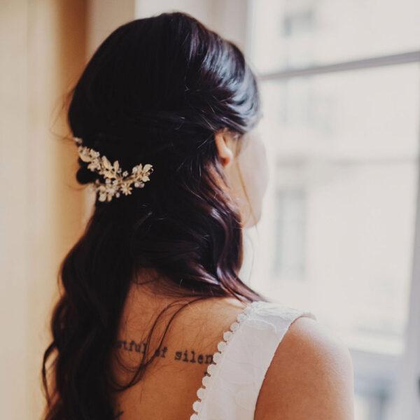 Accessoire de cheveux tiare fleurs dorées et strass Poirier. Bijou de tête mariée doré. Acheter en ligne et boutique Paris