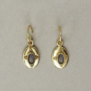 Boucles d'oreille dormeuses sculptées et pierre naturelle. Bijou fait main créatrice bijoux style rétro médailles. Acheter boutique Paris et en ligne