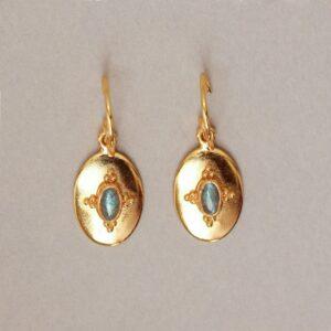 Boucles d'oreille dormeuses sculptées et pierre naturelle gm. Bijou fait main créatrice bijoux style rétro médailles. Acheter boutique Paris et en ligne