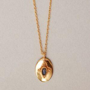 Collier pendentif sculpté et pierre naturelle. Bijou fait main créatrice bijoux style rétro médailles. Acheter boutique Paris et en ligne