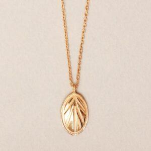 Collier plaqué or pendentif ovale style rétro. Bijou bohème chic en argent plaqué or fait main. Disponible dans notre boutique à Paris et en ligne