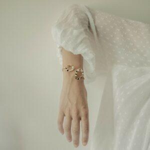Bracelet jonc doré graphique Rosâ par créatrice Jeannette. Bijou plaqué or doré graphique. Acheter boutique bijoux Paris et en ligne