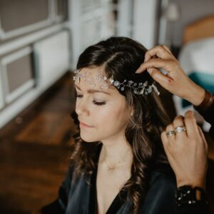 Accessoire de cheveux tiare argent feuilles et perles de verre. Bijou de cheveux brillant mariée pour mariage. Acheter boutique mariage paris et en ligne