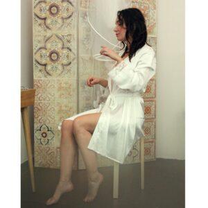 Kimono blanc en satin et dentelle pour mariée. Accessoire mariage préparation mariée. Cadeau EVJF. Acheter boutique Paris et en ligne eshop