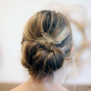 Petit peigne pour cheveux à décor de feuilles dorées. Accessoire de cheveux doré et stylé pour mariage ou quotidien. Acheter boutique Paris et eshop