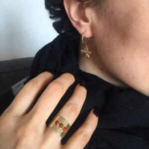 Bague large avec trois petites pierres Trinité. Pierre naturelle noire ou rouge. Bijou cadeau à acheter en ligne ou dans notre boutique à Paris