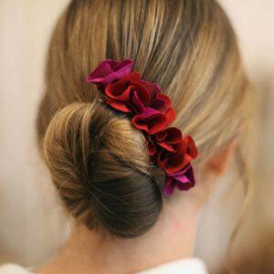 Barrette de fleurs en tissu aux couleurs chaudes. Accessoire de cheveux barrette rouge. Bijou de tête mariage. Acheter boutique Paris et en ligne