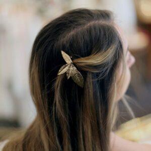 Petite barrette pour cheveux à décor de feuilles dorées. Accessoire de cheveux doré et stylé pour mariage ou quotidien. Acheter boutique Paris et eshop