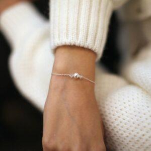 Bracelet fin orné de perles et cristaux. Bijou accessoire mariée créateur fait main en France. Acheter boutique Paris ou en ligne