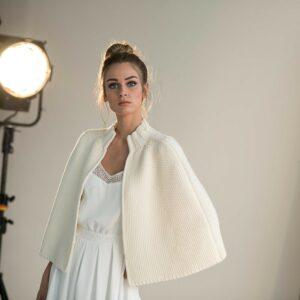 Cape maille ivoire en laine pour mariée. Accessoire de mariée, gilet mariage à porter sur les épaules. Acheter en ligne et boutique mariage Paris