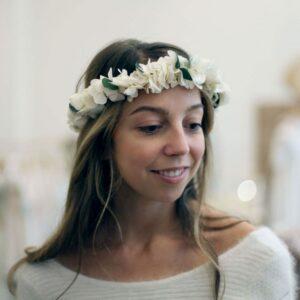 Couronne de fleurs stabilisées hortensia et eucalyptus. Accessoires cheveux ivoire et feuilles pour mariée. Acheter en boutique à Paris et en ligne