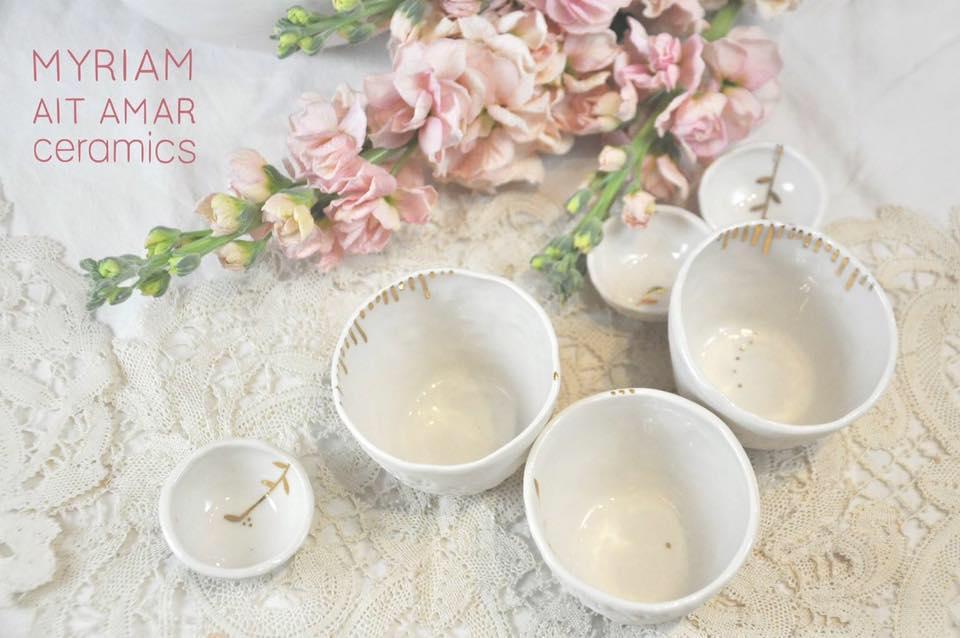 Myriam Aït Amar créatrice de porcelaine faite main en France. Bougies, lampes, galets, furins et autres déco. Acheter Boutique à Paris et en ligne