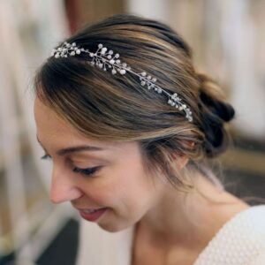 Nebo Couronne de perles pour les cheveux Irina. Accessoire de cheveux argent, bijou de tête strass brillant pour mariage. Acheter boutique Paris et en ligne