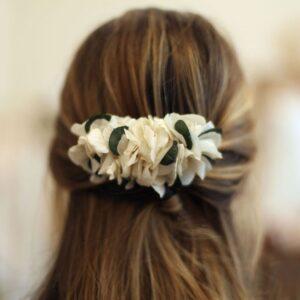 Peigne de fleurs stabilisées hortensia et eucalyptus. Accessoires cheveux ivoire et feuilles pour mariée. Acheter en boutique à Paris et en ligne