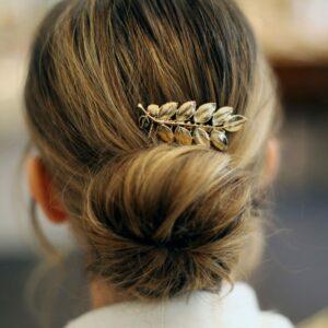 Petit peigne pour cheveux petites feuilles dorées. Accessoire de cheveux doré et stylé pour mariage ou quotidien. Acheter boutique Paris et eshop