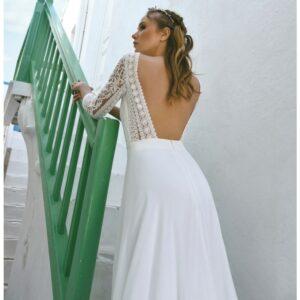 Robe de mariée longue Alicia. Robe manches longues et dos nu disponible dans notre boutique mariage à Paris 11ème. Prendre un RDV privé