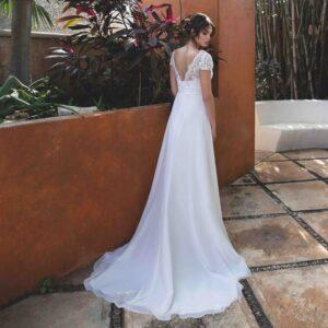 Robe de mariée longue Bindy Bo'M collection 2020. Robe bohème chic décolleté dans notre boutique mariage à Paris 11ème. Prendre un RDV privé