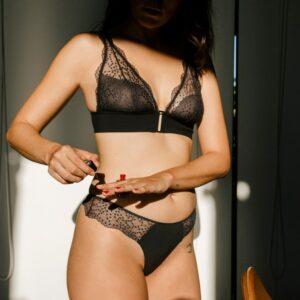 Lingerie soutien-gorge triangle couleur noire Jasmin par Icone lingerie. Lingerie dentelle plumetis petits prix. Acheter en ligne et boutique à Paris 11ème