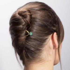 Pic à chignon simple et chic orné d'une perle. Accessoir cheveux pic doré couleur pour chignon mariage. Acheter en ligne et boutique mariée Paris