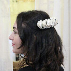Grand peigne de fleurs stabilisées hortensia et eucalyptus. Accessoires cheveux ivoire et feuilles pour mariée. Acheter en boutique à Paris et en ligne