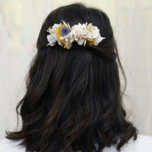 Peigne de fleurs stabilisées et séchées pastel. Accessoires cheveux ivoire et couleurs pour mariée. Acheter en boutique mariage à Paris et en ligne