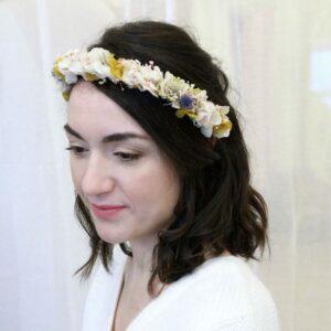 Couronne de fleurs stabilisées et séchées pastel. Accessoires cheveux ivoire et couleurs pour mariée. Acheter en boutique mariage à Paris et en ligne