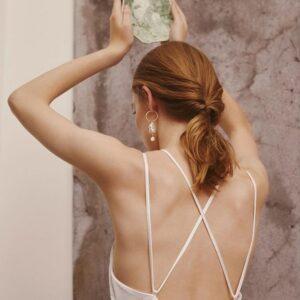 Robe de mariée longue blanc ivoire à fines bretelles. Tenue mariée blanche stylée. Robe de mariée simple et bohème. Acheter en ligne et boutique Paris