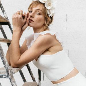 By Romance - Crop top blanc Merry. Top court mariée blanc ivoire. Robe de mariée ensemble stylé. Acheter boutique Paris et en ligne