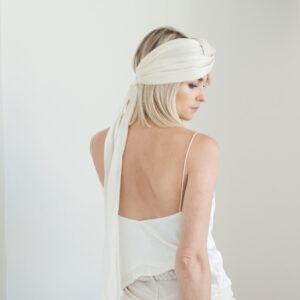 By Romance - Bandeau naturel couleur ivoire Edith. Robe longue blanche tendance. Tenue de mariage stylée. Acheter boutique Paris et en ligne