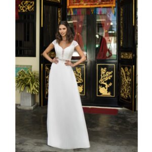 Robe de mariée longue Coline Bo'M collection 2021. Robe bohème chic décolleté dans notre boutique mariage à Paris 11ème. Prendre un RDV privé
