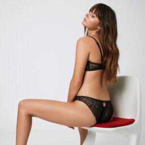 Lingerie soutien-gorge triangle dentelle noire Luna par Icone lingerie. Lingerie dentelle stylée petits prix. Acheter en ligne et boutique à Paris 11ème