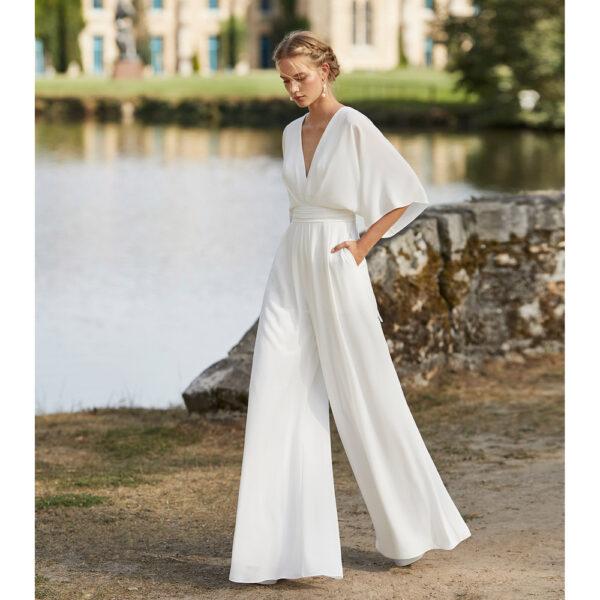 Combinaison de mariée fluide Waddox collection Alma 2021. combi pantalon cache coeur blanche fluide et simple. Essayer boutique mariage paris